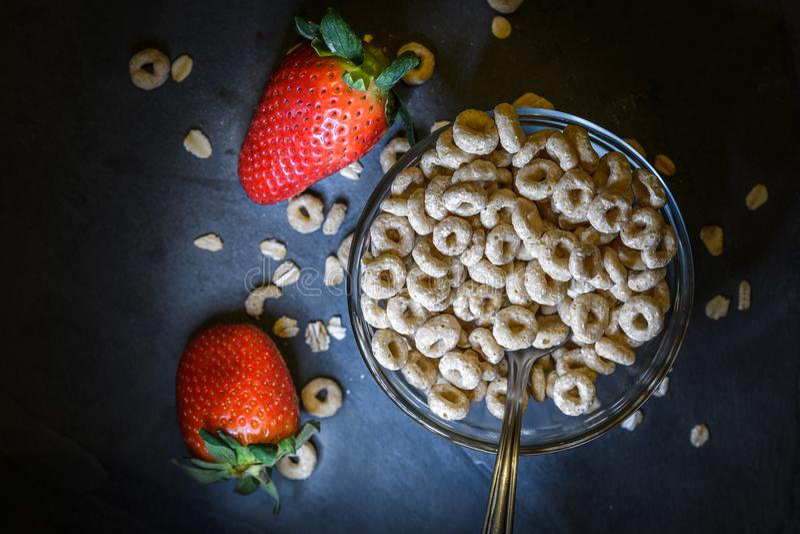 Frukosten utgjorde av torr sädesslag med röda jordgubbar royaltyfri foto