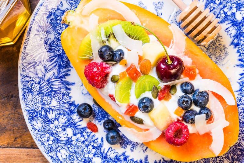 Frukostera bunken med frukter, bär och muttrar arkivbilder