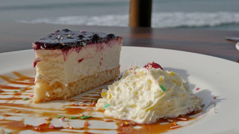 Frukostera i ett kafé på stranden, romantiker Bakad pudding från keso royaltyfri bild