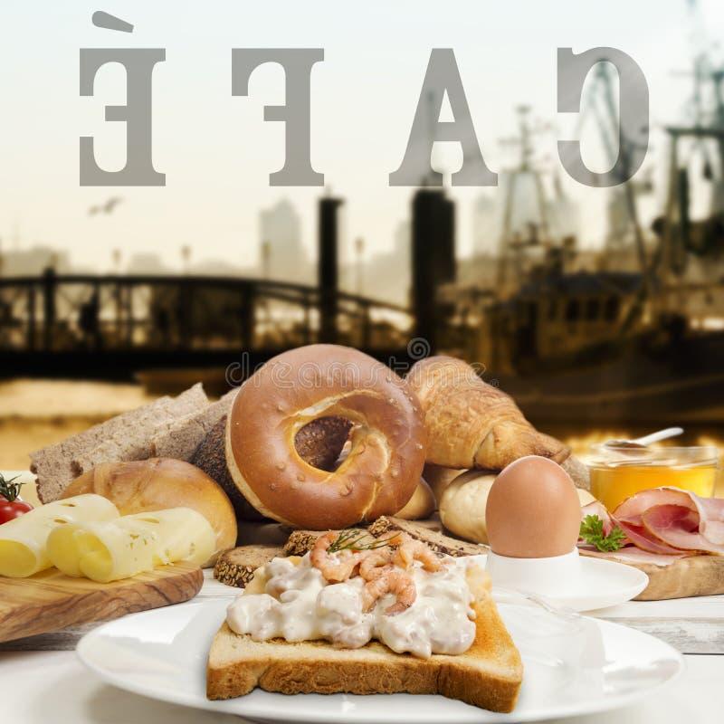 Frukostera i kafé, bröd, bagelräkasallad, skinka och ost royaltyfria bilder