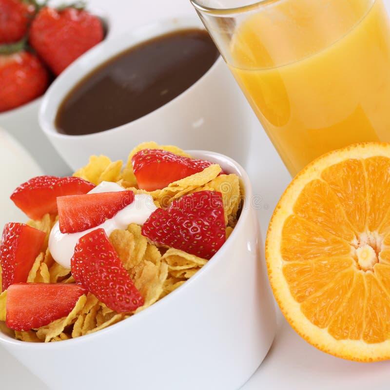 Frukostera med fruktsädesslag, mjölka, orange fruktsaft och kaffe royaltyfri foto