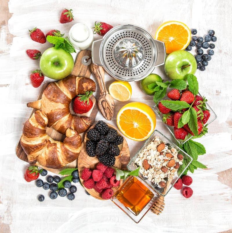 Frukostera med giffel, mysli, nya bär, frukter hälsa arkivbild