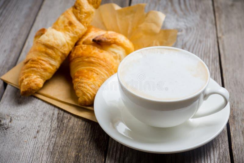 Frukostera med kaffe, giffel och grillade päron med honung royaltyfria foton