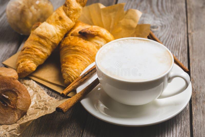 Frukostera med kaffe, giffel och grillade päron med honung arkivfoto