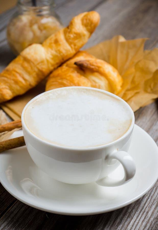 Frukostera med kaffe, giffel och grillade päron med honung arkivbild