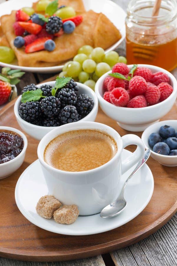 Frukostera med kaffe, nya bär och pannkakor, lodlinje arkivfoto