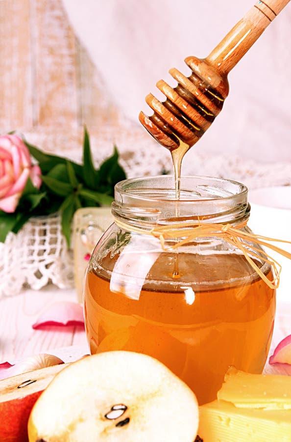 Frukostera med läcker söt honung, te, ost och päronet royaltyfri foto