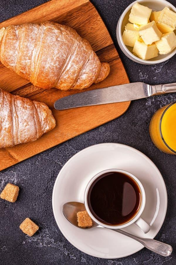 Frukostera med nya giffel, orange fruktsaft och kaffe arkivbild