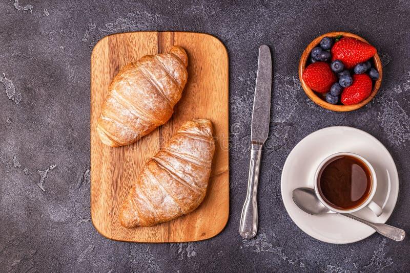 Frukostera med nya giffel, orange fruktsaft och kaffe arkivfoton