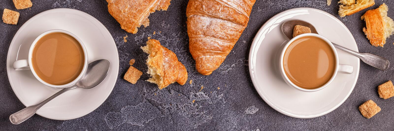 Frukostera med nya giffel, orange fruktsaft och kaffe fotografering för bildbyråer