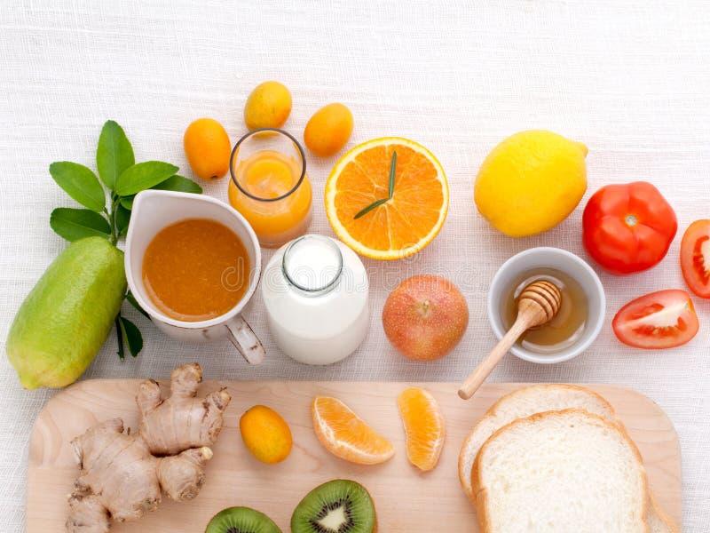 Frukostera med orange fruktsaft, apelsiner, apelsinskivan, passionfru arkivbilder