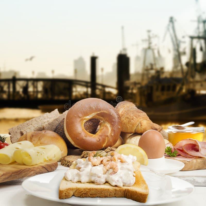 Frukostera med räkasallad på rostat brödskinka, ost, driftstopp, ägg royaltyfri fotografi