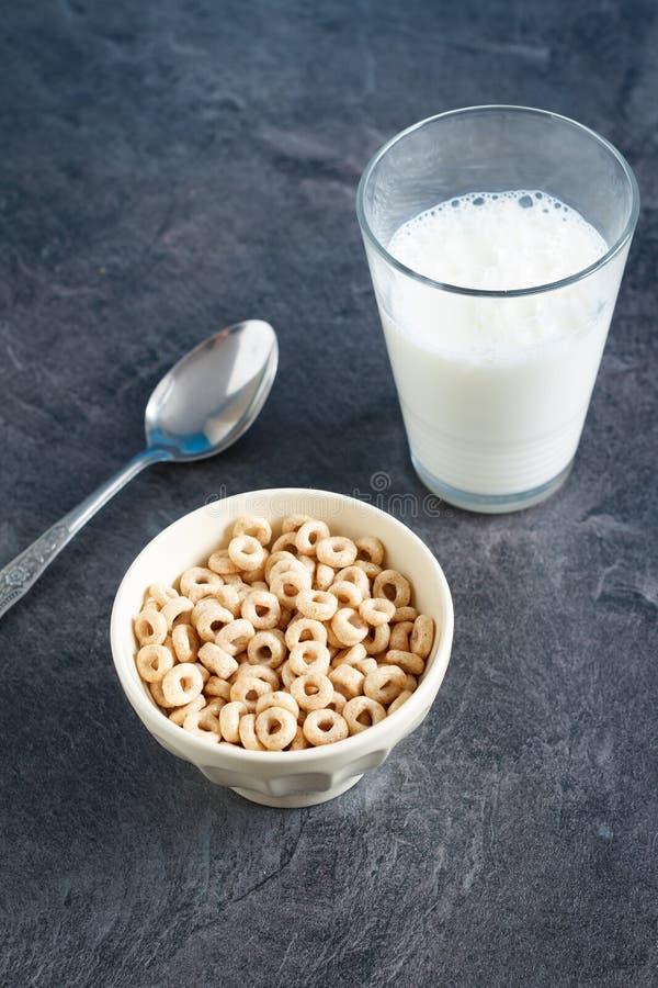 Frukostera med söta sädes- cirklar och mjölka arkivfoto