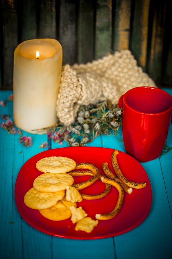 Frukostera på en blå träbakgrund, kopp av latte med kakor arkivbild