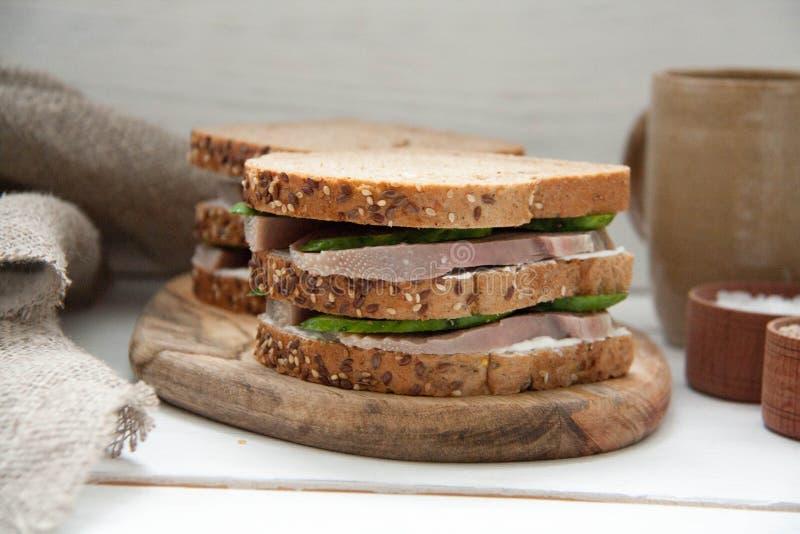Frukostera smörgåsen med nötkötttungan, den nya gurkan och gräddost fotografering för bildbyråer