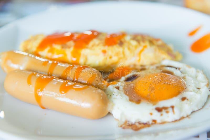 Frukostera uppsättningen, omelett, korven, stekt ägg arkivbild