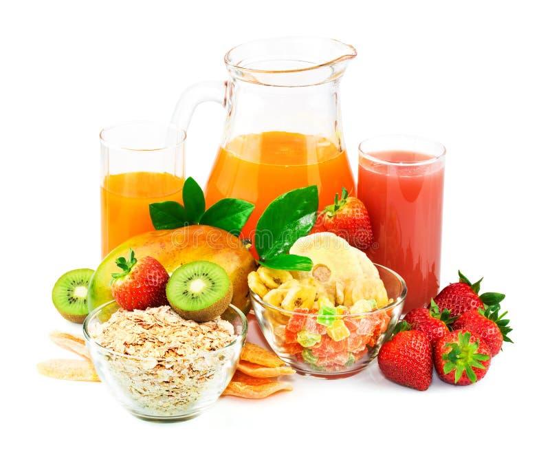 Frukostingredienser med fruktsaft och ny frukt royaltyfria foton