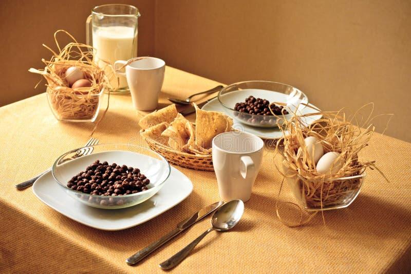frukostlandsbordsservis royaltyfri bild
