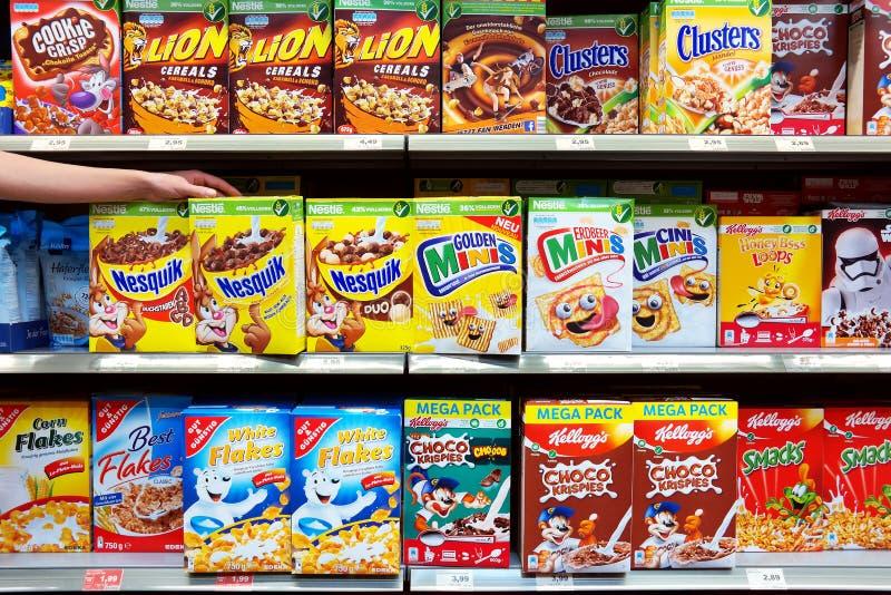 Frukostprodukter i ett lager arkivfoton