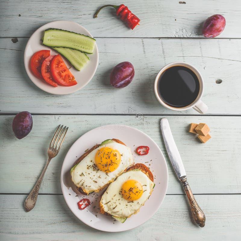 Frukostrostade bröd med grönsaker och det stekte ägget med koppen av coffe royaltyfri bild