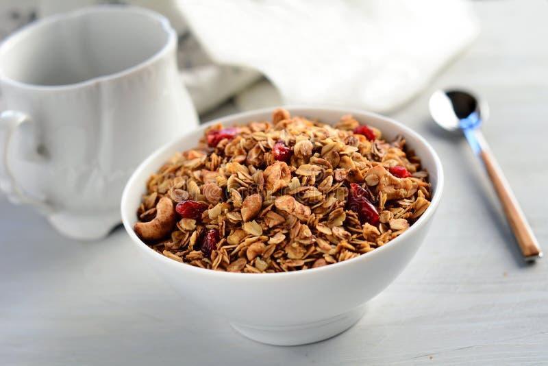 Frukostsädesslag: hemlagad granola royaltyfri foto