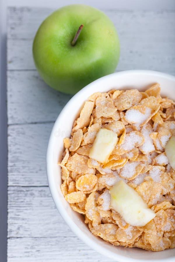 Frukostsädesslag med det tärnade och nya äpplet royaltyfri bild