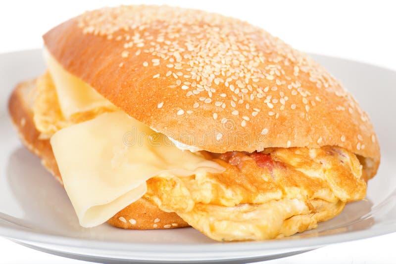 Frukostsmörgås med bacon och Fried Scrambled Egg arkivfoto