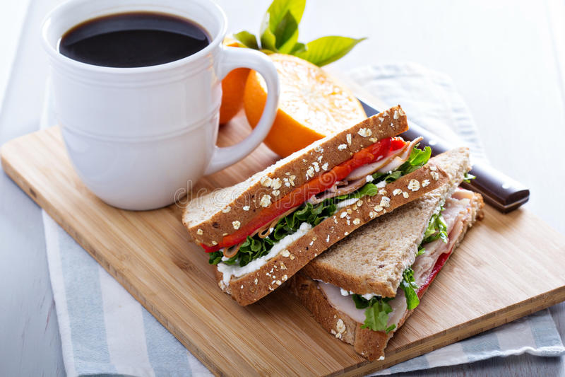 Frukostsmörgås med kalkon arkivbild