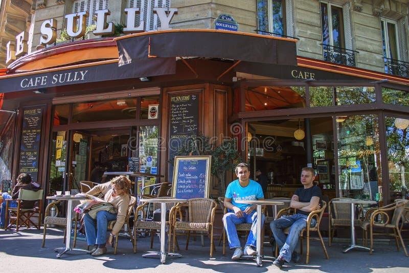 Frukosttid i café på luft Gammal byggnad med autentisk café på bottenvåningen Lopp runt om euro arkivfoton