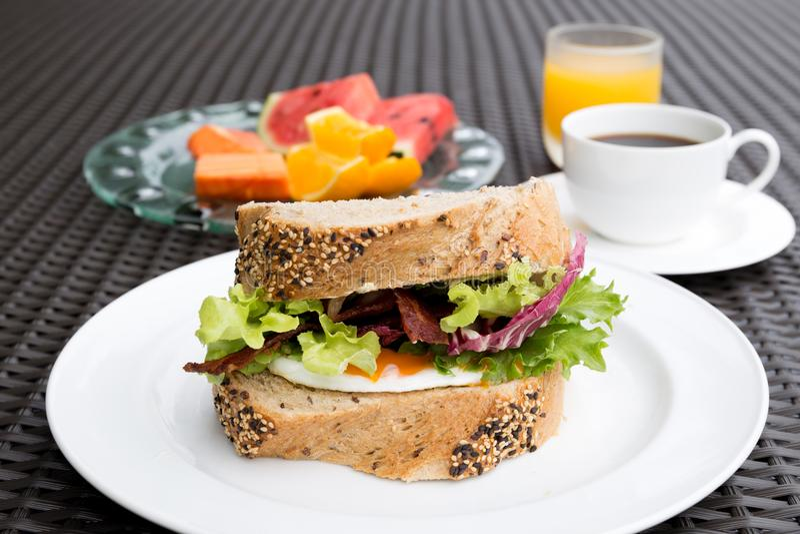 Frukostuppsättningen med stekte ägg skjuter in och kaffe- och apelsinjui fotografering för bildbyråer