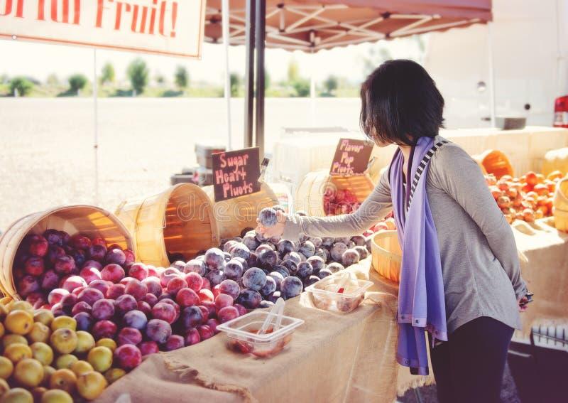 Frukt för kvinnashopping utomhus - arkivfoto