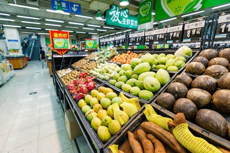 Frukt för objekt för detaljhandel för Kina hangzhou wal-marknad supermarket royaltyfri bild
