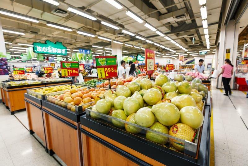 Frukt för objekt för detaljhandel för Kina hangzhou wal-marknad supermarket royaltyfri fotografi