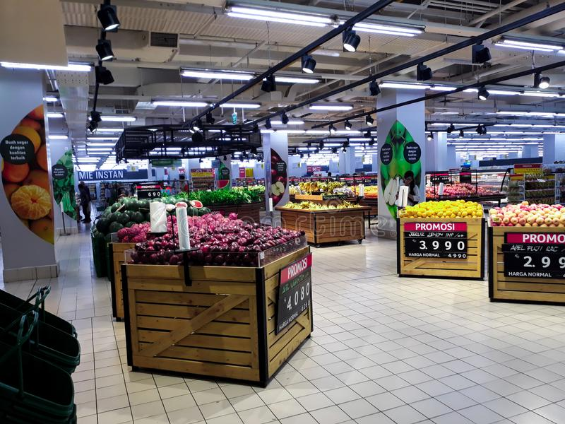 Frukt i supermarket och köpande ny organisk grönsaker och frukt inom en shoppinggalleria i Indonesien Begreppet av sund ea royaltyfria foton