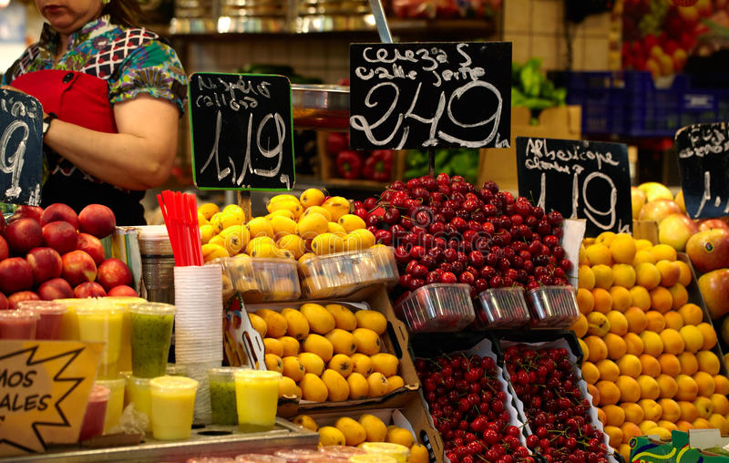 Frukt marknadsför i Barcelona, Spanien royaltyfria bilder