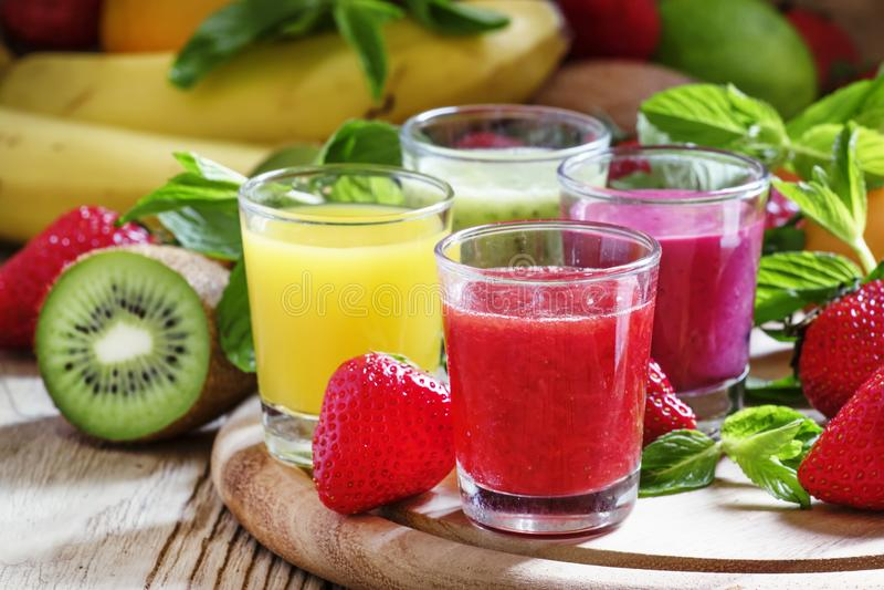 Frukt och bäret pressade nytt smoothies, selektiv fokus fotografering för bildbyråer