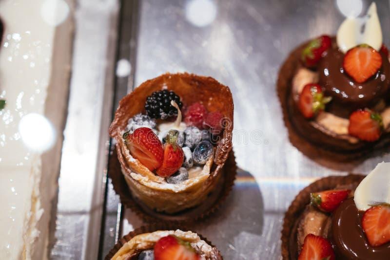 Frukt- och bärtartletsefterrätt på bakgrund för bästa sikt för magasin blandad royaltyfria bilder