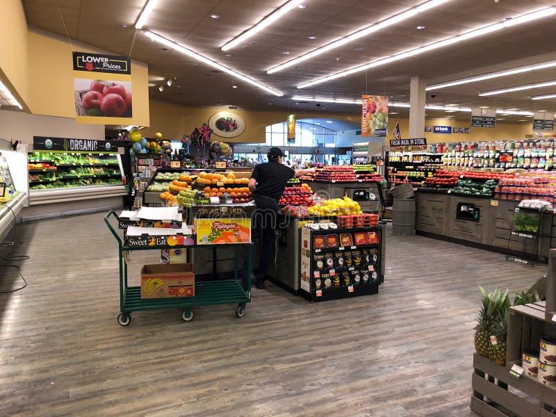 Frukt- och grönsakavdelning i en supermarket royaltyfri fotografi