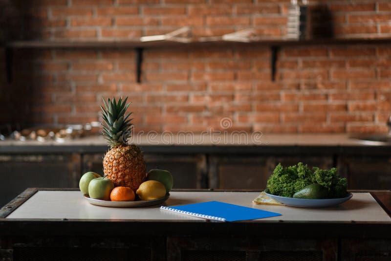 Frukt- och grönsakdetoxen bantar matbegrepp Nytt äpple, citron, ananas, avokado på trätabellen i köket royaltyfri fotografi