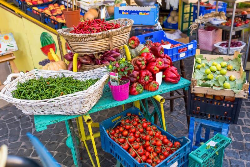 Frukt- och grönsakmarknad under himlen royaltyfri fotografi