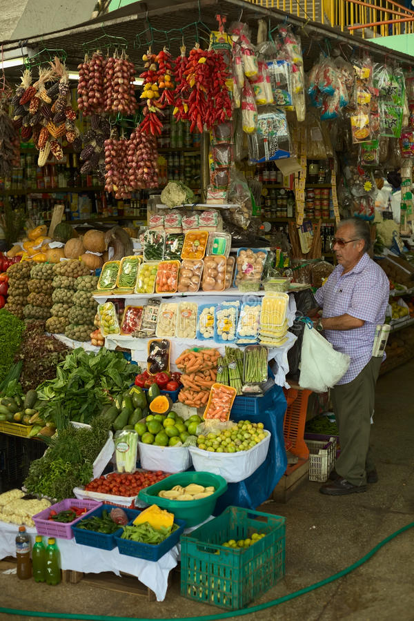Frukt- och grönsakställning på marknad i Lima, Peru arkivfoto