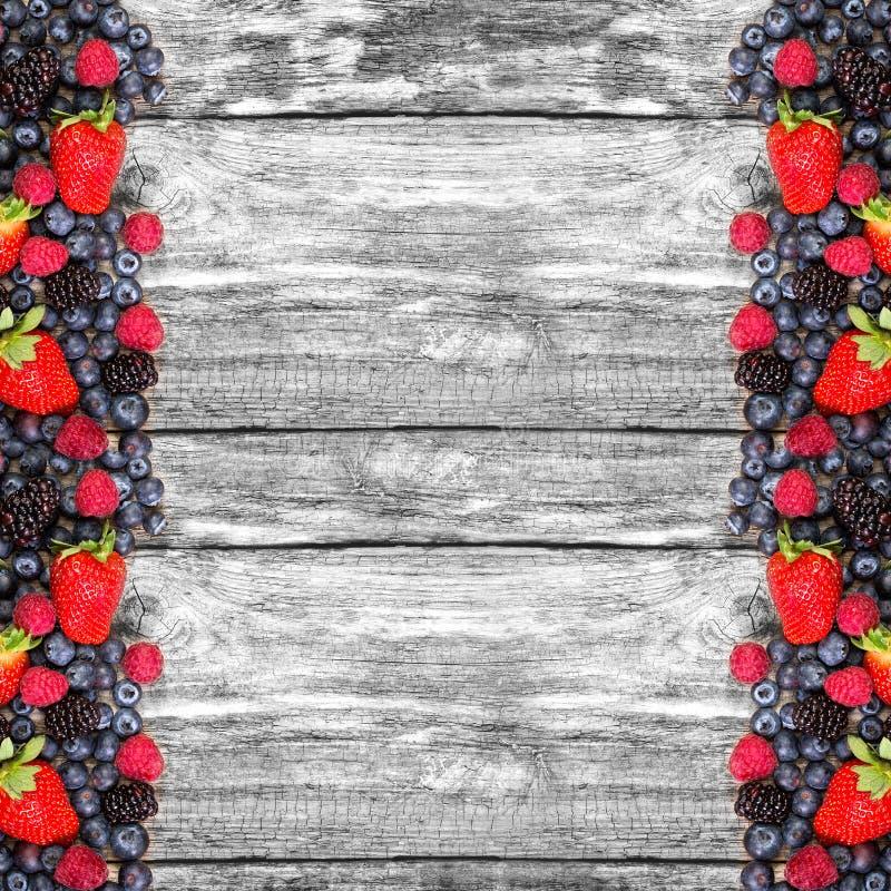 Frukt på träbakgrund arkivfoto