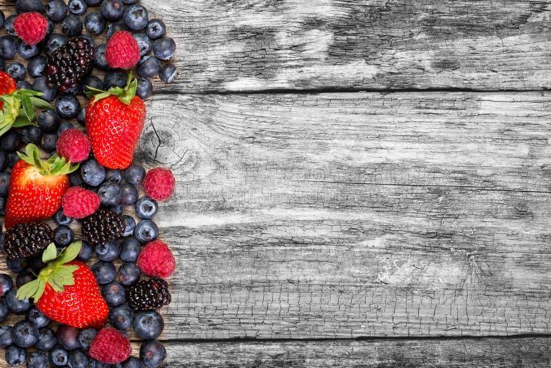 Frukt på träbakgrund arkivbild