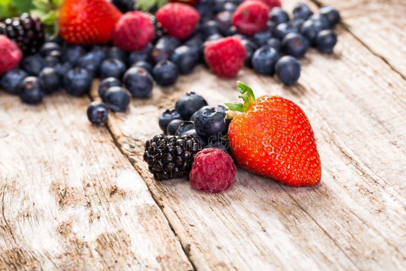 Frukt på träbakgrund fotografering för bildbyråer