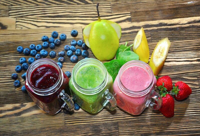 Frukt- smoothie på en trätabell Frukt som skapar smoothies royaltyfria foton