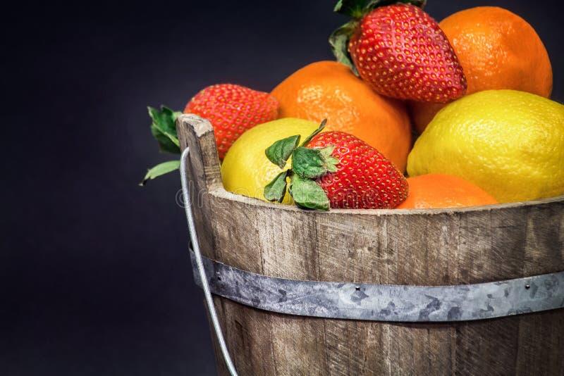 Frukt som samlas i en lantlig trähink arkivbild