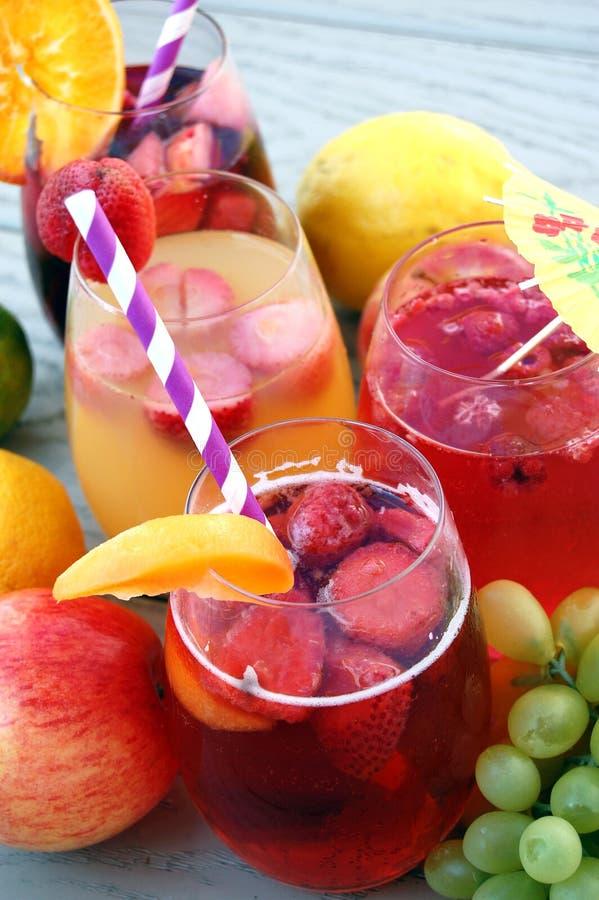 Frukt- vinsangriadrinkar royaltyfria bilder