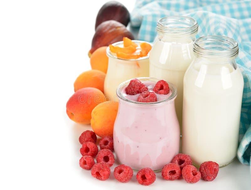 Frukt yoghurt och mjölkar fotografering för bildbyråer