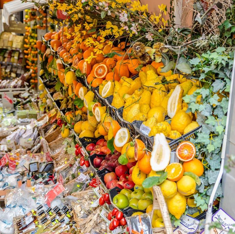 Fruktaffär i Taormina i Sicilien, Italien royaltyfria bilder
