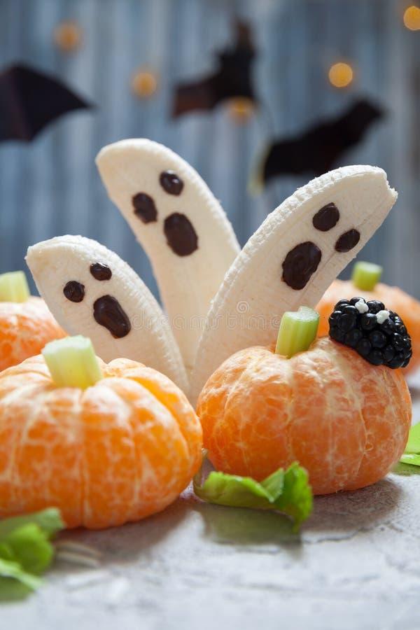 Fruktallhelgonaaftonfester Bananspökar och Clementine Orange Pumpkins royaltyfria foton